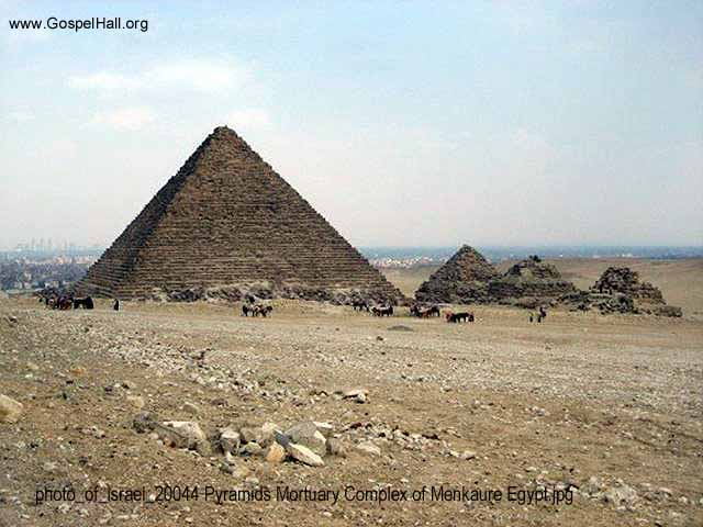 photo_of_israel_20044 Pyramids Mortuary Complex of Menkaure Egypt.jpg